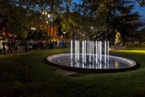 photo fontaine lumineuse nuit